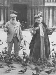 Клод Моне кормит голубей со своей женой. Венеция, 1908 год