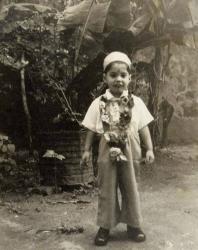 Фредди Меркьюри на свой 4-й день рождения в молитвенной шапочке и с традиционным венком