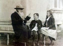 Лев Толстой рассказывает историю своим внукам, 1909 год