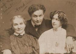 Гарри Гудини с матерью Сесилией Штайнер и женой Бэсс, 1907 год