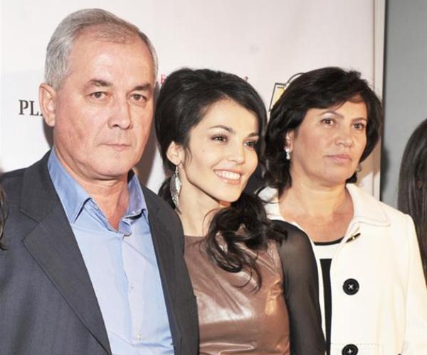 Родители Сати Казановой настоятельно требуют внуков